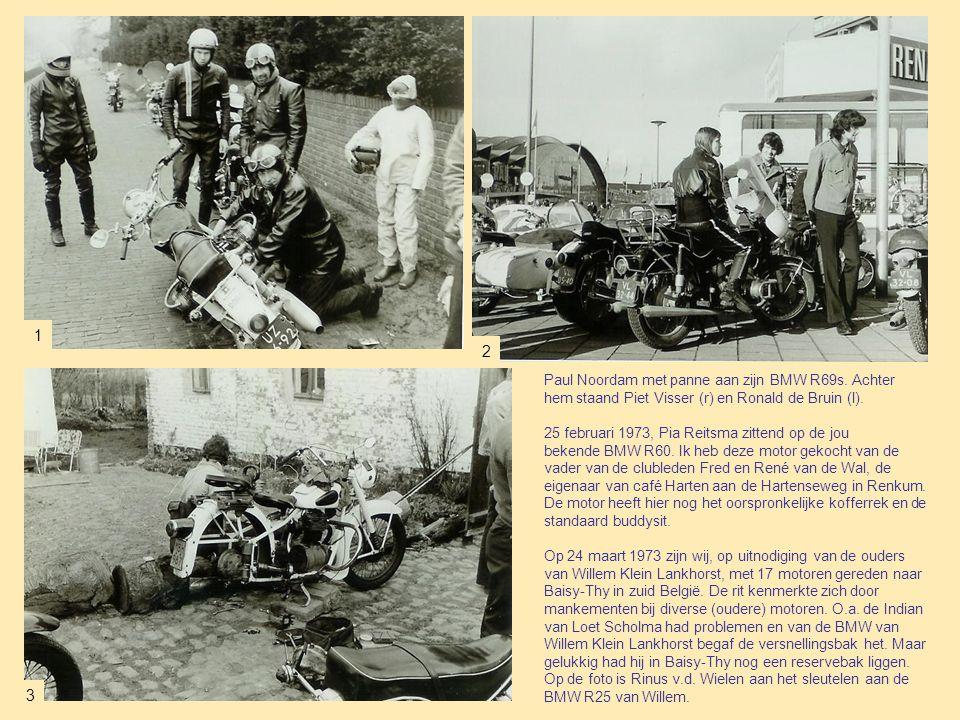 Paul Noordam met panne aan zijn BMW R69s.Achter hem staand Piet Visser (r) en Ronald de Bruin (l).