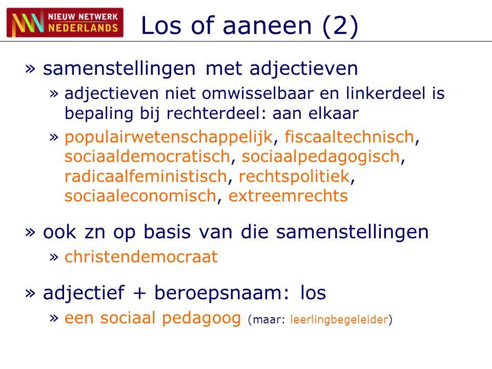 Los of aaneen (2) »samenstellingen met adjectieven »adjectieven niet omwisselbaar en linkerdeel is bepaling bij rechterdeel: aan elkaar »populairwetenschappelijk, fiscaaltechnisch, sociaaldemocratisch, sociaalpedagogisch, radicaalfeministisch, rechtspolitiek, sociaaleconomisch, extreemrechts »ook zn op basis van die samenstellingen »christendemocraat »adjectief + beroepsnaam: los »een sociaal pedagoog (maar: leerlingbegeleider)