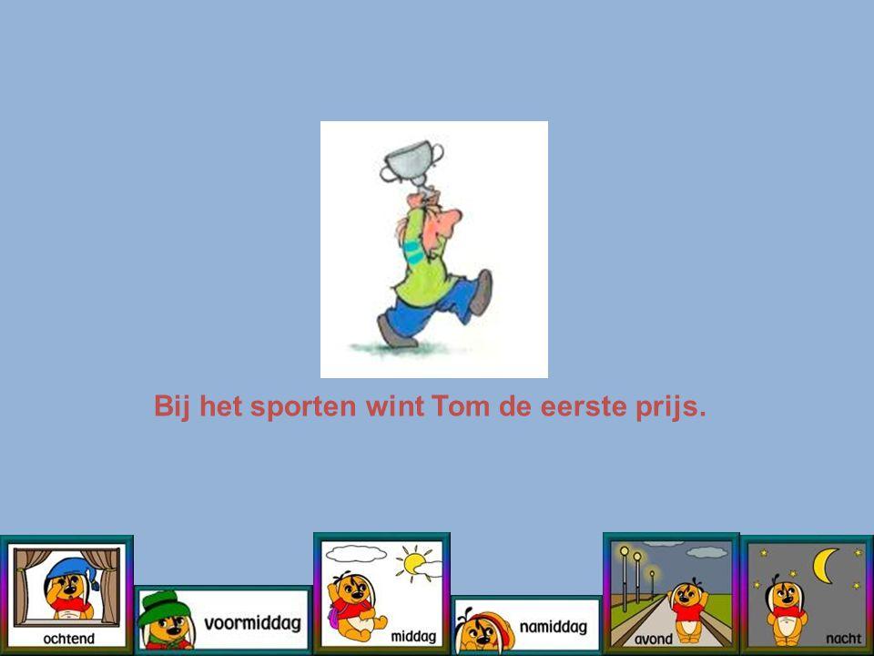 Bij het sporten wint Tom de eerste prijs.