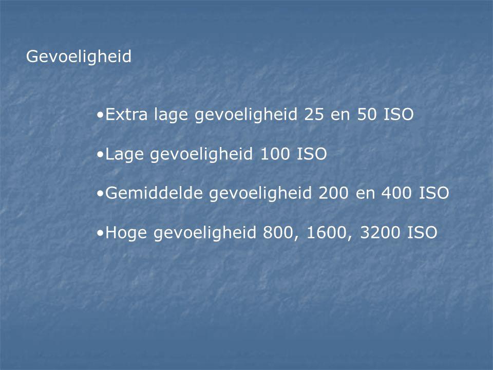 •Extra lage gevoeligheid 25 en 50 ISO •Lage gevoeligheid 100 ISO •Gemiddelde gevoeligheid 200 en 400 ISO •Hoge gevoeligheid 800, 1600, 3200 ISO Gevoel