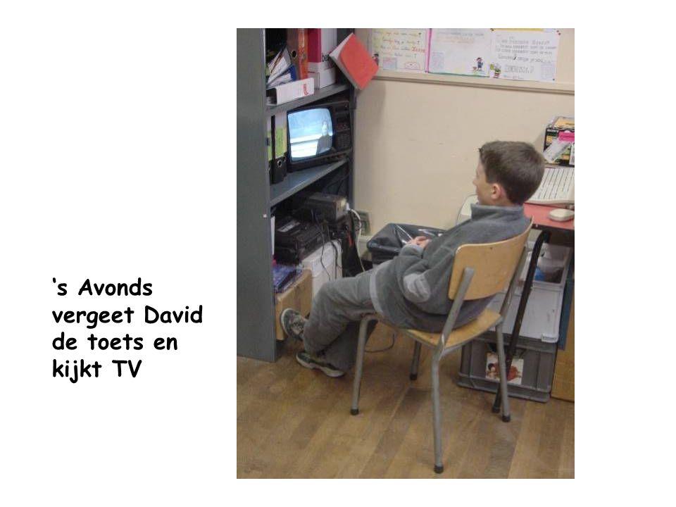 's Avonds vergeet David de toets en kijkt TV