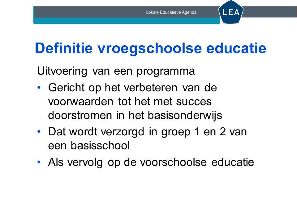 Definitie vroegschoolse educatie Uitvoering van een programma •Gericht op het verbeteren van de voorwaarden tot het met succes doorstromen in het basi