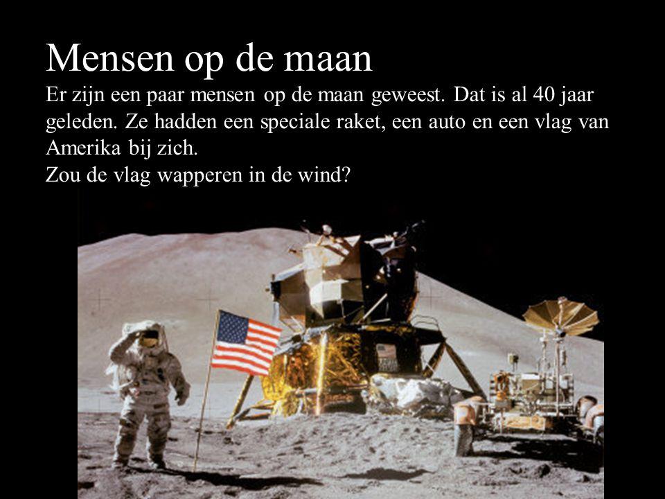 Mensen op de maan Er zijn een paar mensen op de maan geweest. Dat is al 40 jaar geleden. Ze hadden een speciale raket, een auto en een vlag van Amerik