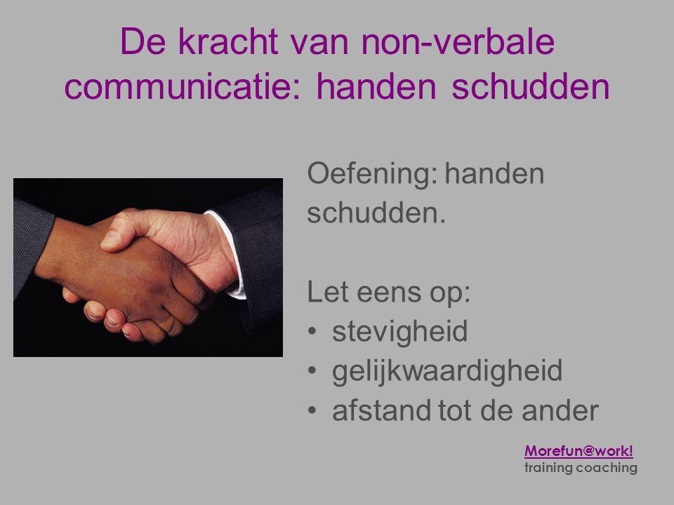De kracht van non-verbale communicatie: handen schudden Oefening: handen schudden. Let eens op: •stevigheid •gelijkwaardigheid •afstand tot de ander M