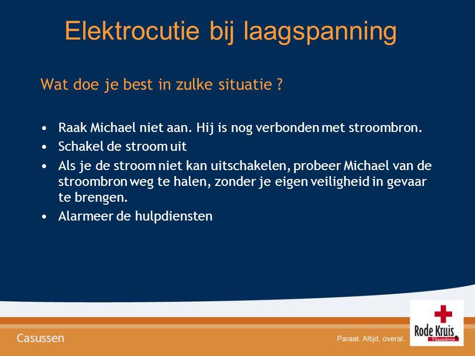 Elektrocutie bij laagspanning Wat doe je best in zulke situatie ? •Raak Michael niet aan. Hij is nog verbonden met stroombron. •Schakel de stroom uit
