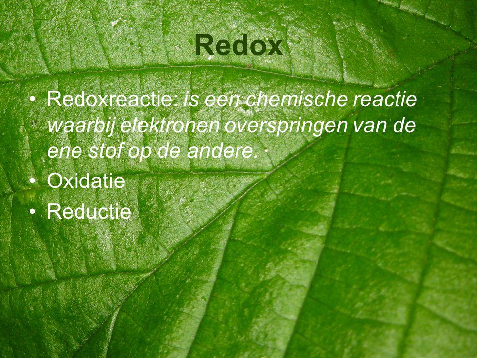 Redox •Redoxreactie: is een chemische reactie waarbij elektronen overspringen van de ene stof op de andere. •Oxidatie •Reductie