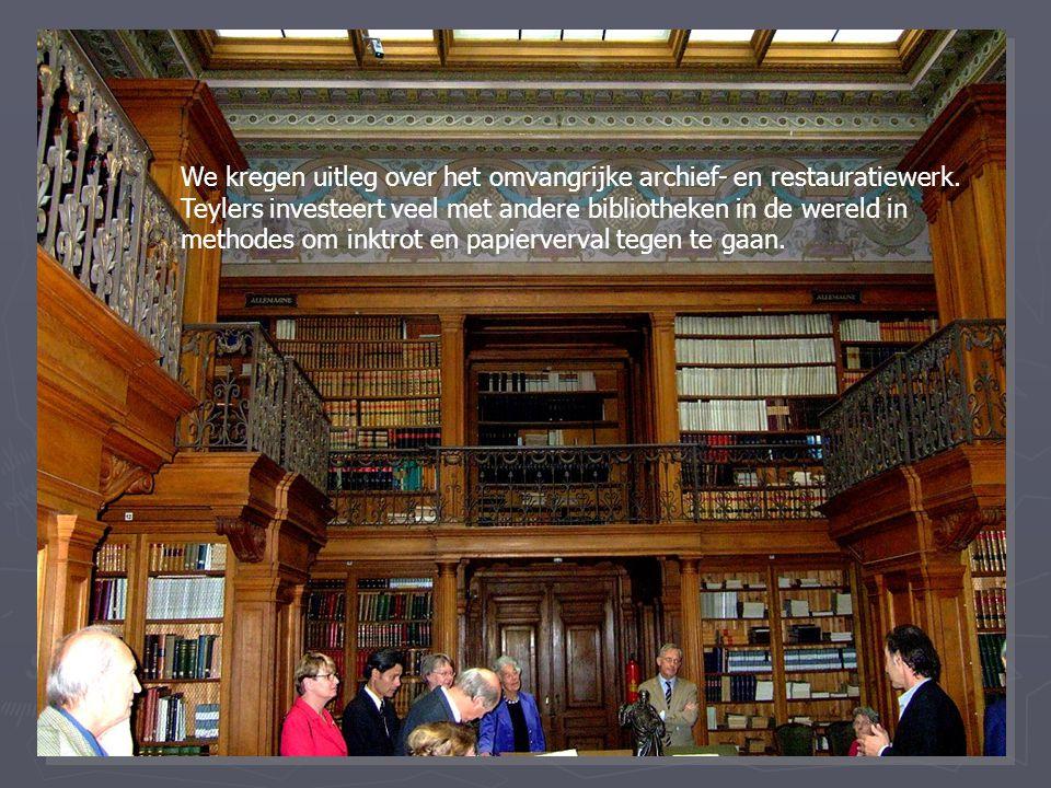 We kregen uitleg over het omvangrijke archief- en restauratiewerk. Teylers investeert veel met andere bibliotheken in de wereld in methodes om inktrot