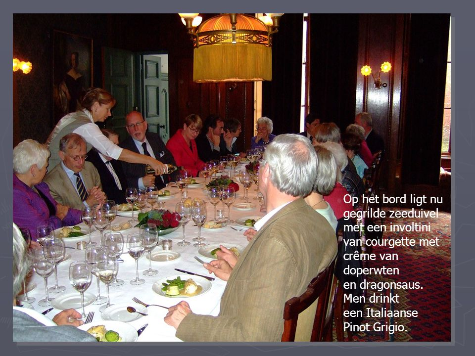 Op het bord ligt nu gegrilde zeeduivel met een involtini van courgette met crême van doperwten en dragonsaus. Men drinkt een Italiaanse Pinot Grigio.