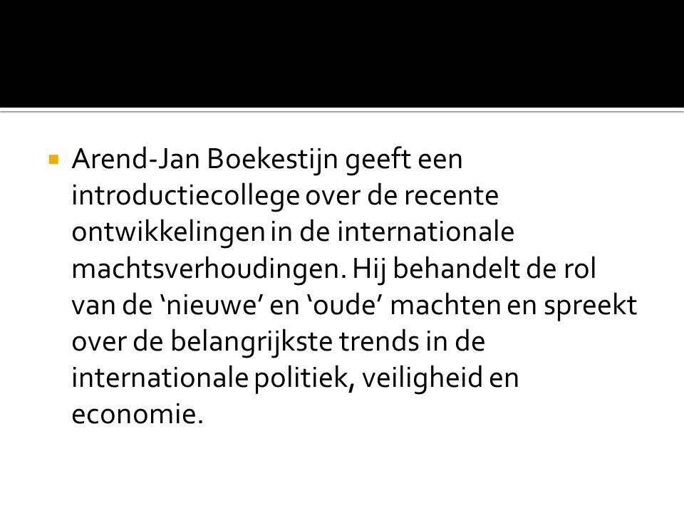  Arend-Jan Boekestijn geeft een introductiecollege over de recente ontwikkelingen in de internationale machtsverhoudingen. Hij behandelt de rol van d