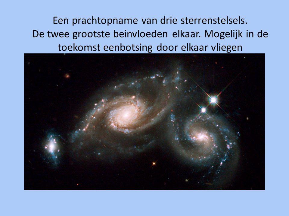 Een prachtopname van drie sterrenstelsels. De twee grootste beinvloeden elkaar. Mogelijk in de toekomst eenbotsing door elkaar vliegen