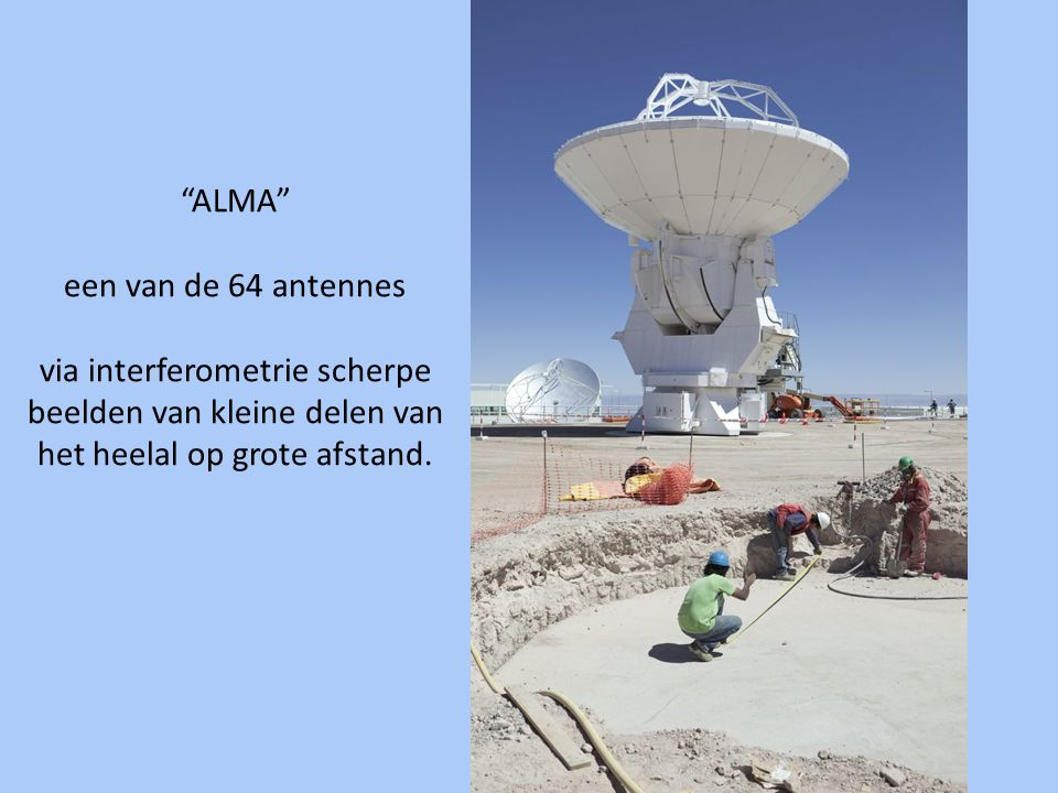 """""""ALMA"""" een van de 64 antennes via interferometrie scherpe beelden van kleine delen van het heelal op grote afstand."""