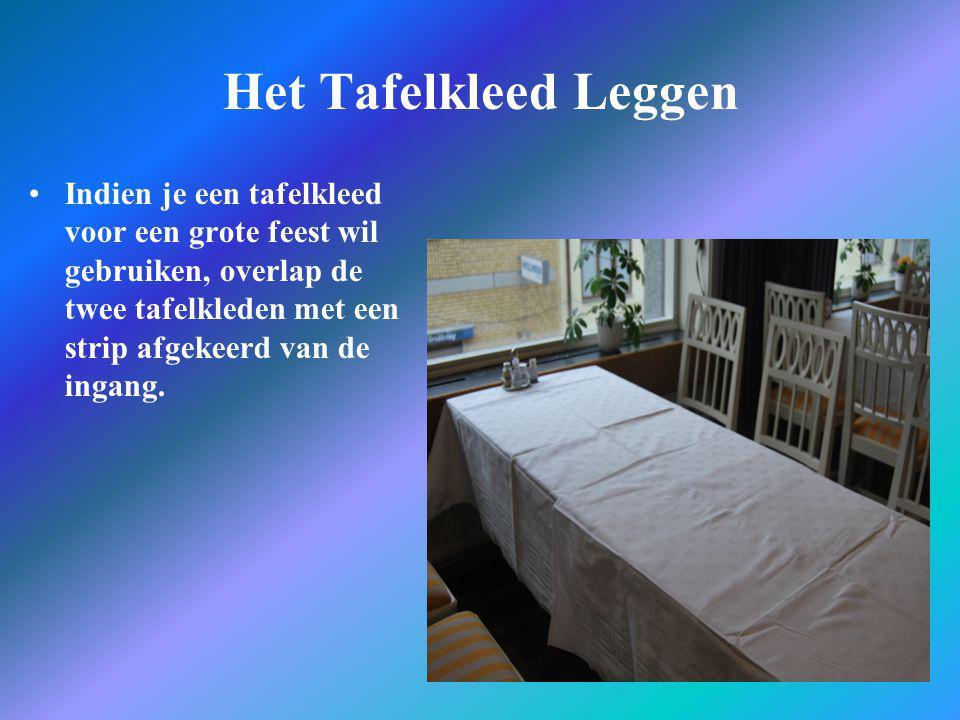 Het Tafelkleed Leggen •Indien je een tafelkleed voor een grote feest wil gebruiken, overlap de twee tafelkleden met een strip afgekeerd van de ingang.
