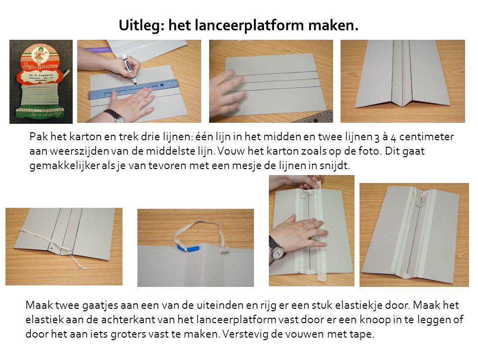 Pak het karton en trek drie lijnen: één lijn in het midden en twee lijnen 3 à 4 centimeter aan weerszijden van de middelste lijn. Vouw het karton zoal