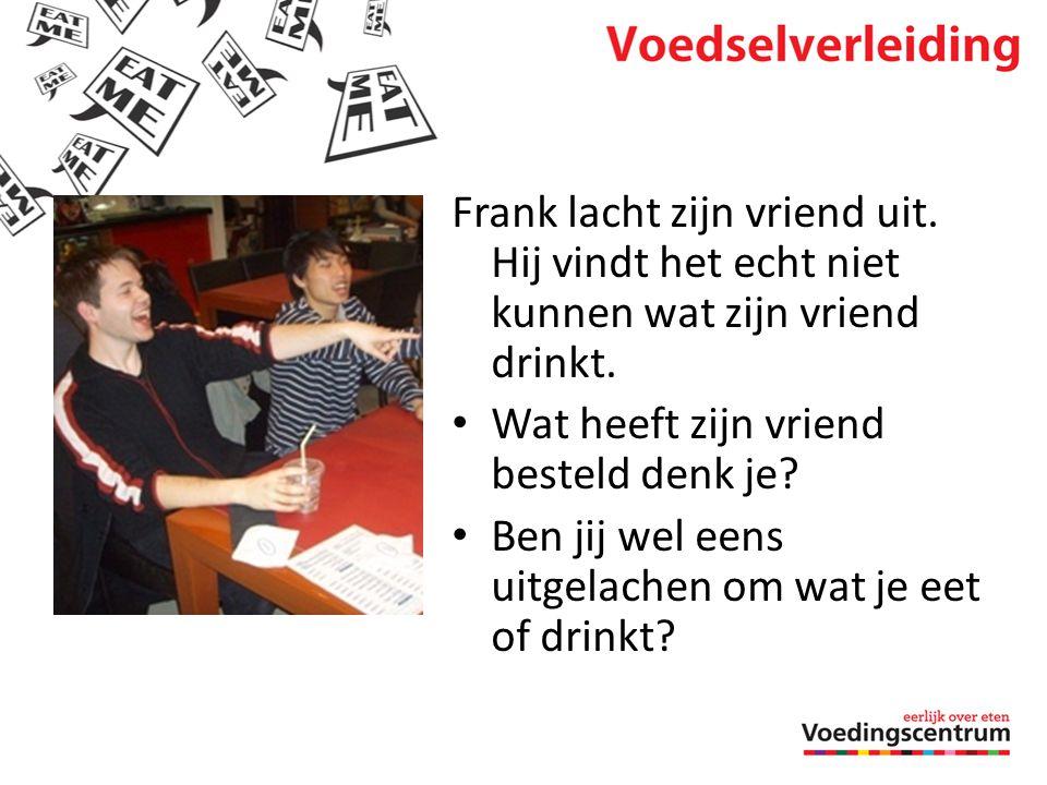 Frank lacht zijn vriend uit. Hij vindt het echt niet kunnen wat zijn vriend drinkt. • Wat heeft zijn vriend besteld denk je? • Ben jij wel eens uitgel