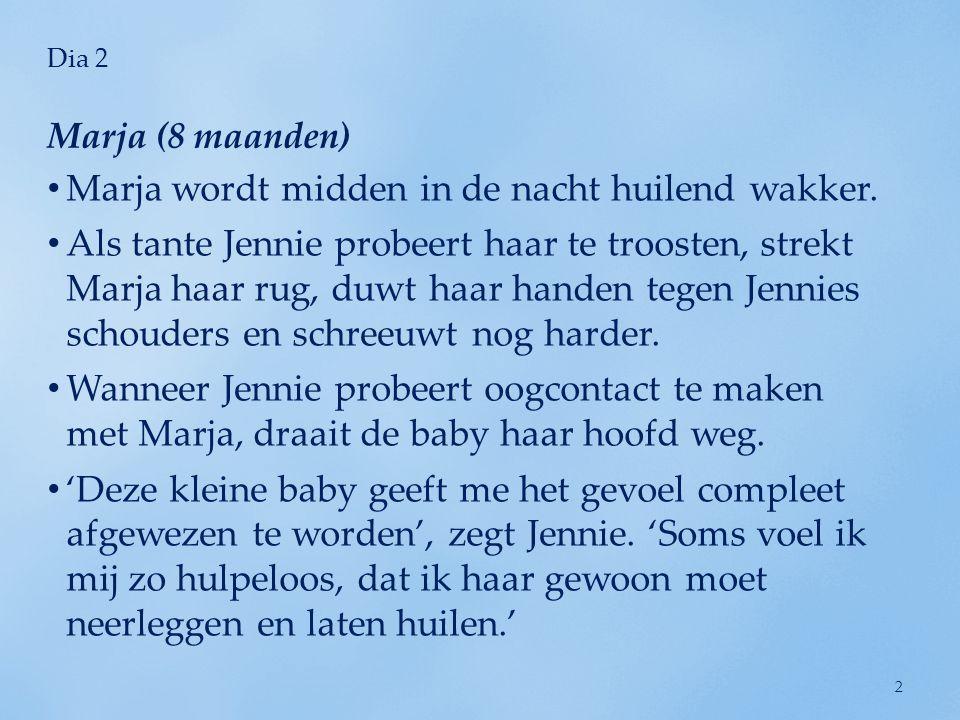 Dia 2 • Marja wordt midden in de nacht huilend wakker. • Als tante Jennie probeert haar te troosten, strekt Marja haar rug, duwt haar handen tegen Jen