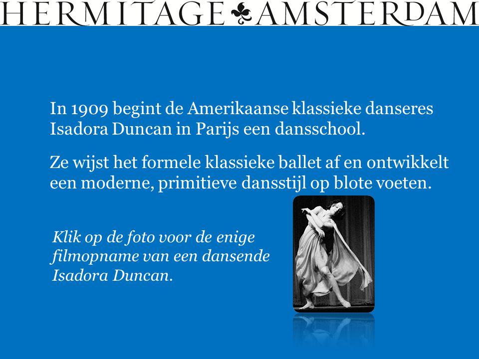 In 1909 begint de Amerikaanse klassieke danseres Isadora Duncan in Parijs een dansschool. Ze wijst het formele klassieke ballet af en ontwikkelt een m