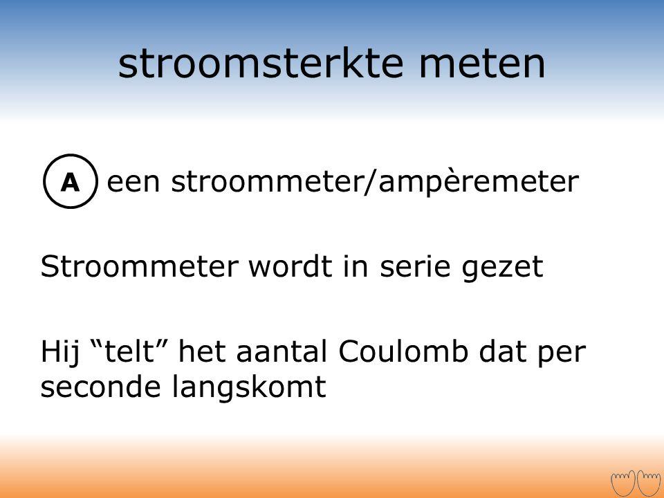 """stroomsterkte meten een stroommeter/ampèremeter Stroommeter wordt in serie gezet Hij """"telt"""" het aantal Coulomb dat per seconde langskomt A"""