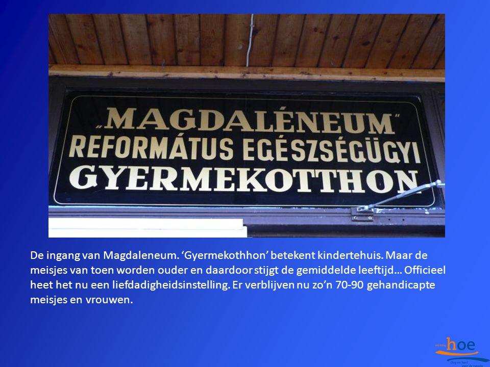 De ingang van Magdaleneum. 'Gyermekothhon' betekent kindertehuis. Maar de meisjes van toen worden ouder en daardoor stijgt de gemiddelde leeftijd… Off