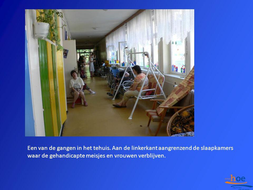 Een van de gangen in het tehuis. Aan de linkerkant aangrenzend de slaapkamers waar de gehandicapte meisjes en vrouwen verblijven.