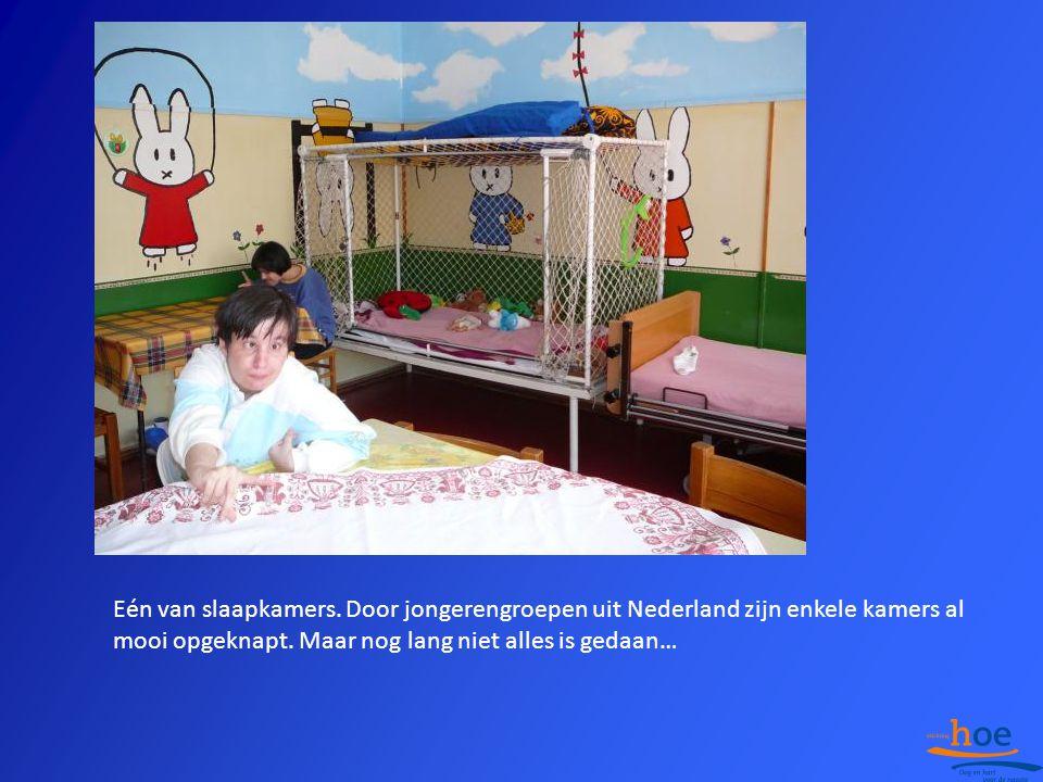 Eén van slaapkamers. Door jongerengroepen uit Nederland zijn enkele kamers al mooi opgeknapt. Maar nog lang niet alles is gedaan…