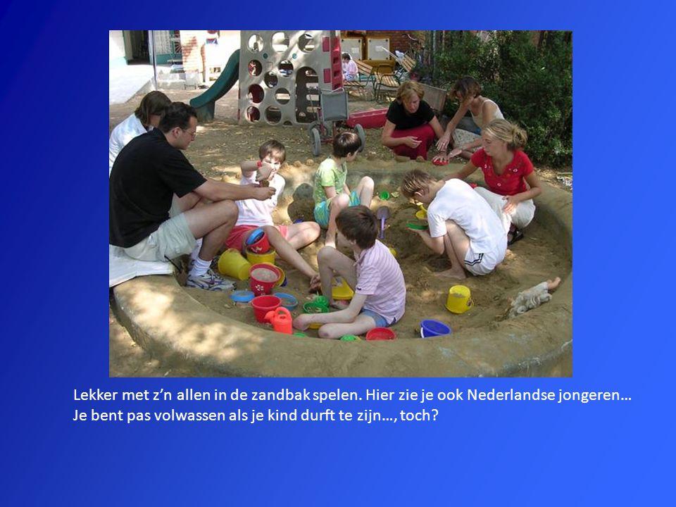 Lekker met z'n allen in de zandbak spelen. Hier zie je ook Nederlandse jongeren… Je bent pas volwassen als je kind durft te zijn…, toch?
