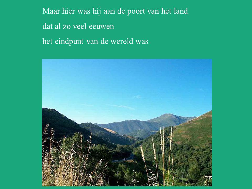 O' Cebreiro In het weidse landschap van groen naar blauw pastel stond een palozza met rieten dak vlakbij de Kerk van het Wonder die menige pelgrim ber