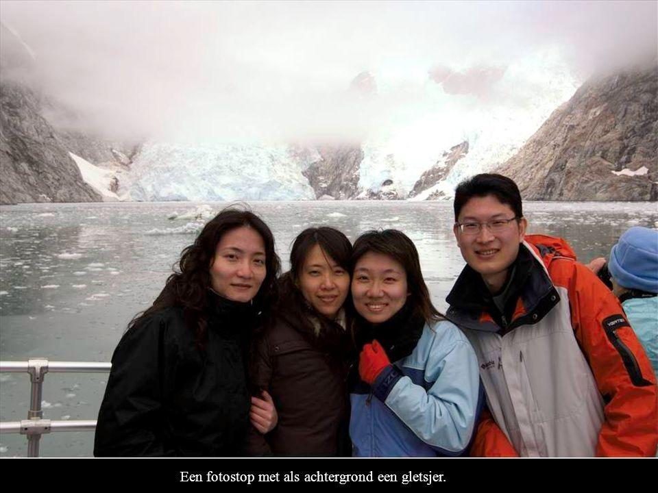 Een fotostop met als achtergrond een gletsjer.