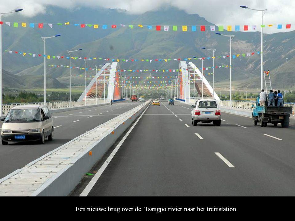 Een nieuwe brug over de Tsangpo rivier naar het treinstation