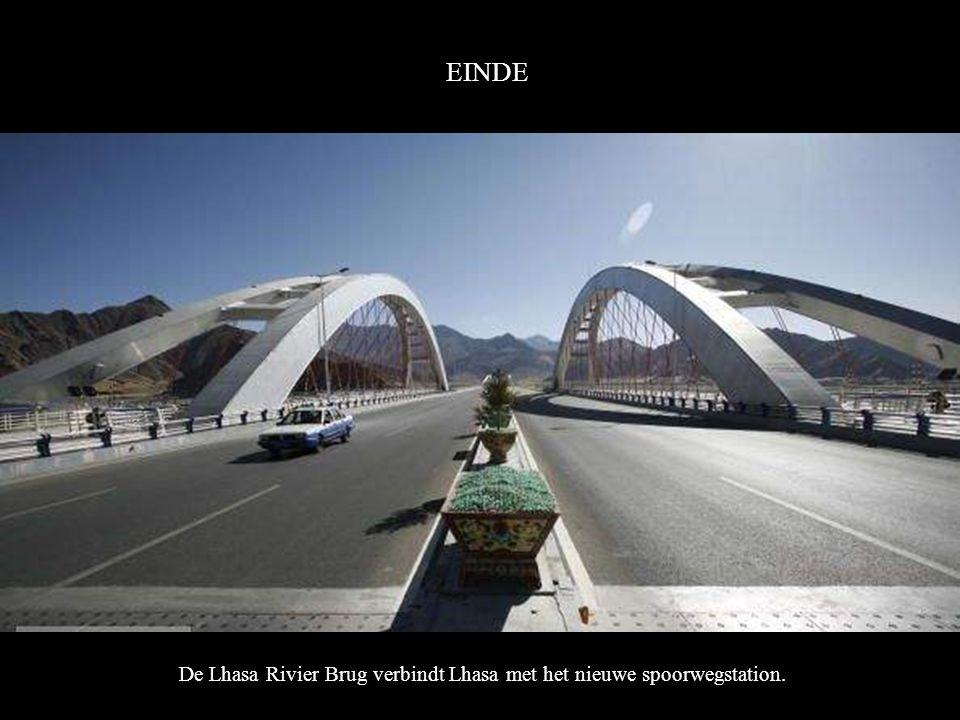 EINDE De Lhasa Rivier Brug verbindt Lhasa met het nieuwe spoorwegstation..