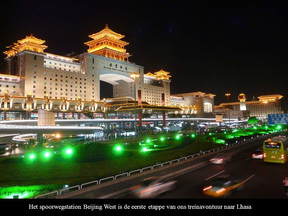 Mede-reiziger Joey wijst naar het bord waarop staat : Beijing West naar Lhasa.