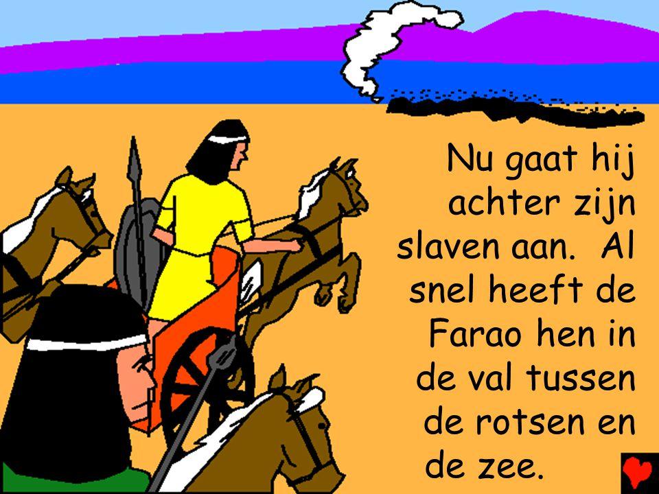 Nu gaat hij achter zijn slaven aan. Al snel heeft de Farao hen in de val tussen de rotsen en de zee.