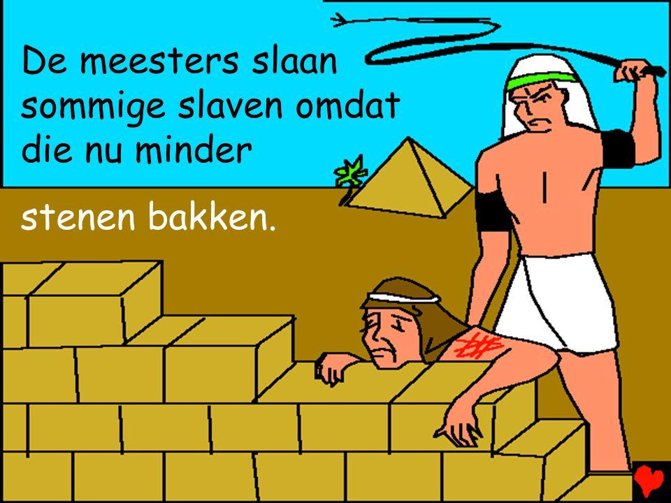 De meesters slaan sommige slaven omdat die nu minder stenen bakken.