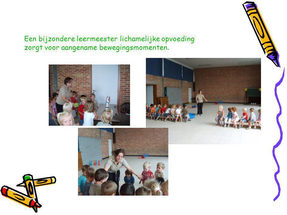 De kinderverzorgster helpt de jongste kleuters bij activiteiten in de klas, het middagmaal, de verzorging.