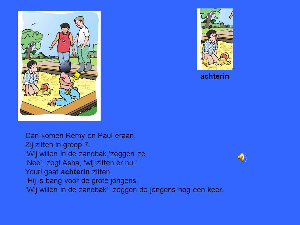 Asha en Youri spelen in de tuin van de school. Ze spelen in de zandbak, met zand en een schep. Asha is het vriendinnetje van Youri Youri is het vriend