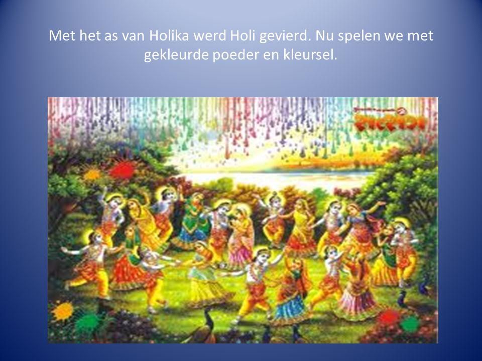 Met het as van Holika werd Holi gevierd. Nu spelen we met gekleurde poeder en kleursel.