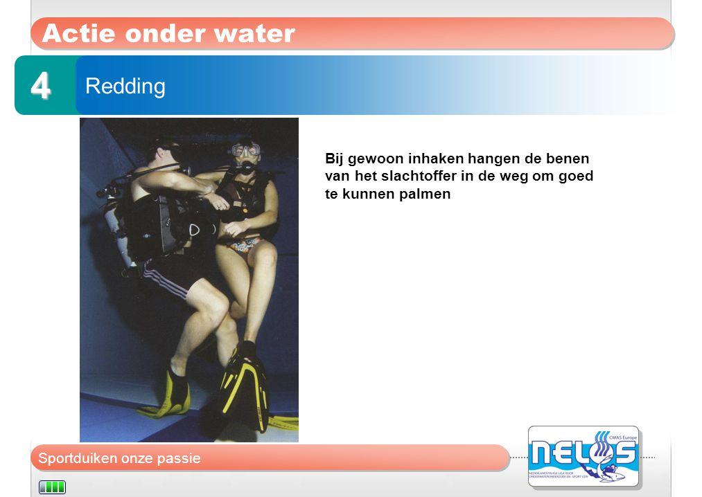 Sportduiken onze passie Actie onder water Redding 4 Bij gewoon inhaken hangen de benen van het slachtoffer in de weg om goed te kunnen palmen
