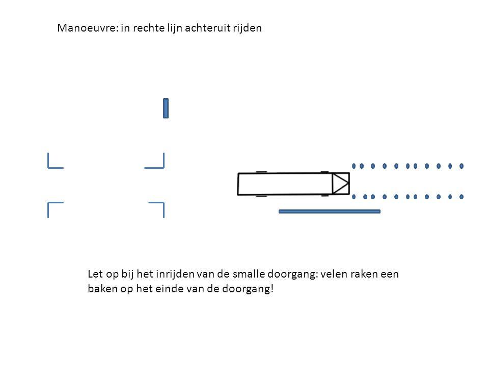 Manoeuvre: in rechte lijn achteruit rijden Let op bij het inrijden van de smalle doorgang: velen raken een baken op het einde van de doorgang!