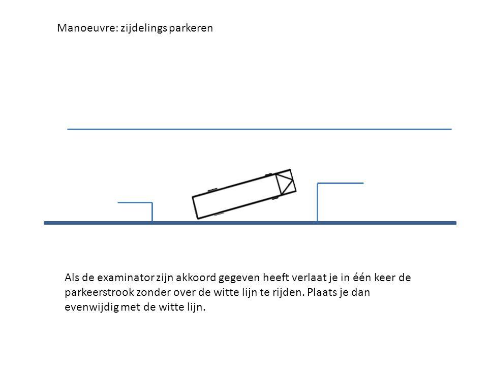 Als de examinator zijn akkoord gegeven heeft verlaat je in één keer de parkeerstrook zonder over de witte lijn te rijden.