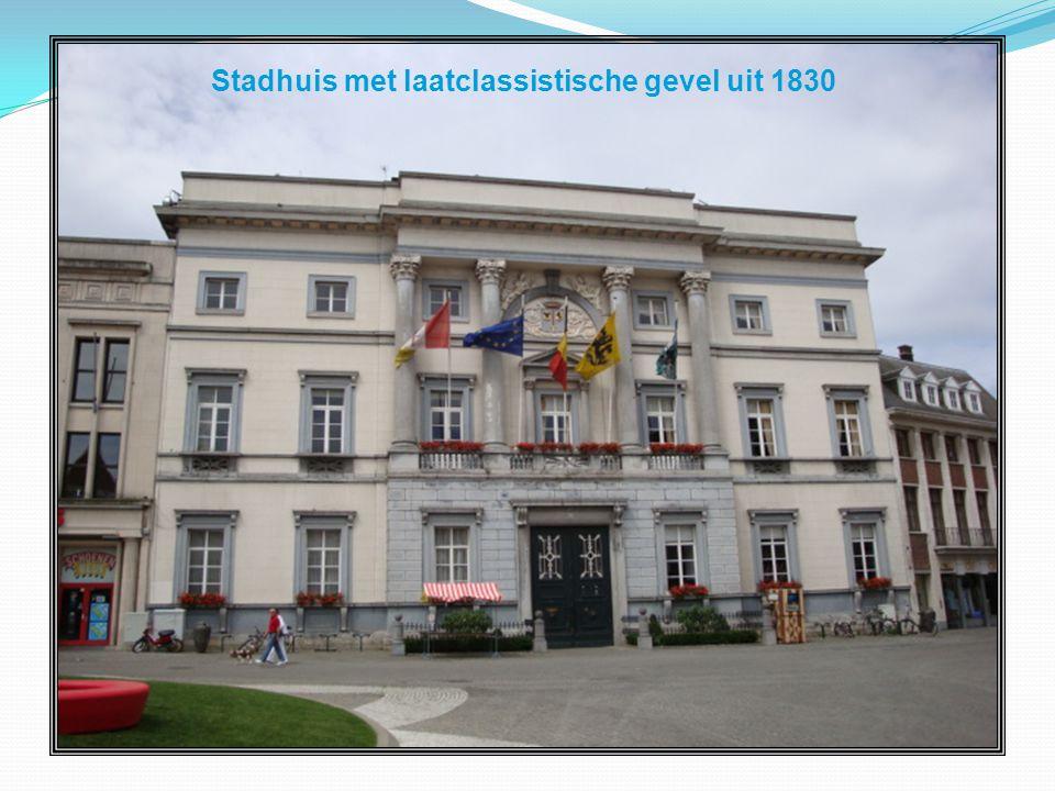 Stadhuis met laatclassistische gevel uit 1830