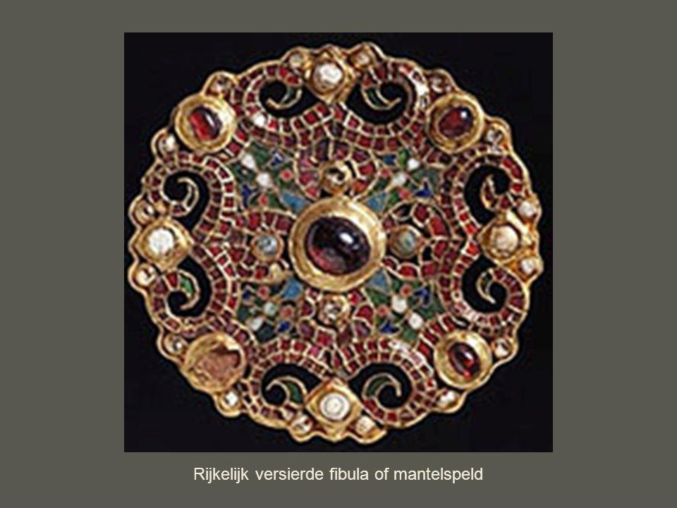 Rijkelijk versierde fibula of mantelspeld