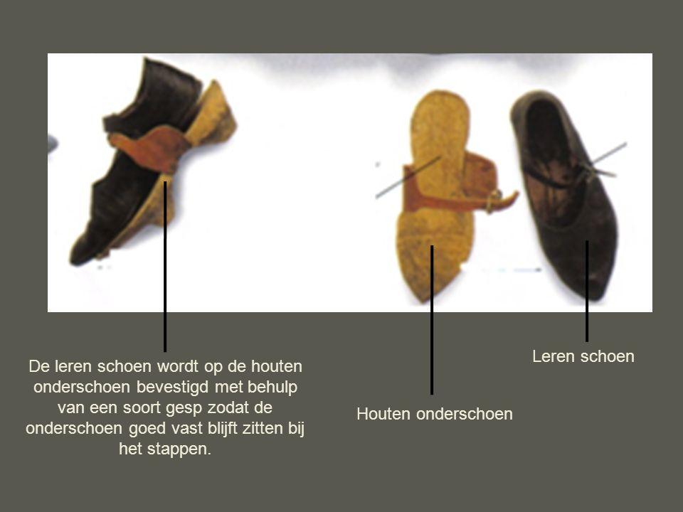 Houten onderschoen Leren schoen De leren schoen wordt op de houten onderschoen bevestigd met behulp van een soort gesp zodat de onderschoen goed vast blijft zitten bij het stappen.