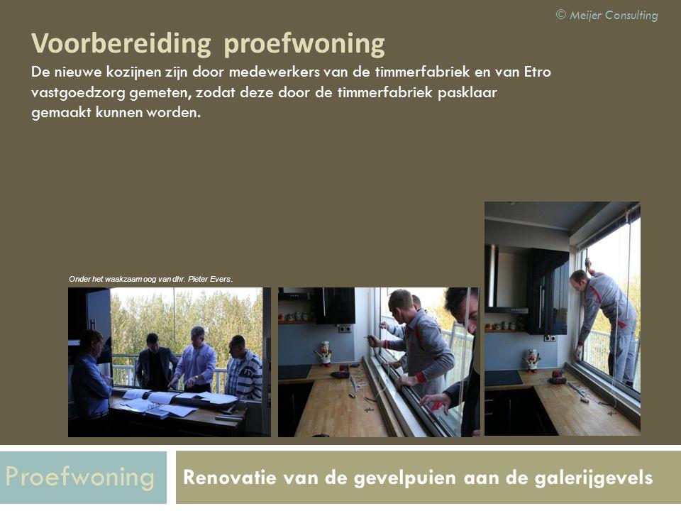 Renovatie van de gevelpuien aan de galerijgevels Voorbereiding proefwoning De nieuwe kozijnen zijn door medewerkers van de timmerfabriek en van Etro v
