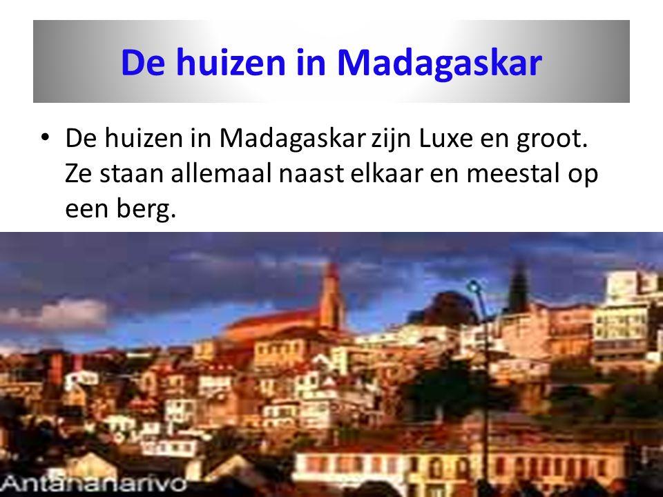 De huizen in Madagaskar • De huizen in Madagaskar zijn Luxe en groot. Ze staan allemaal naast elkaar en meestal op een berg.