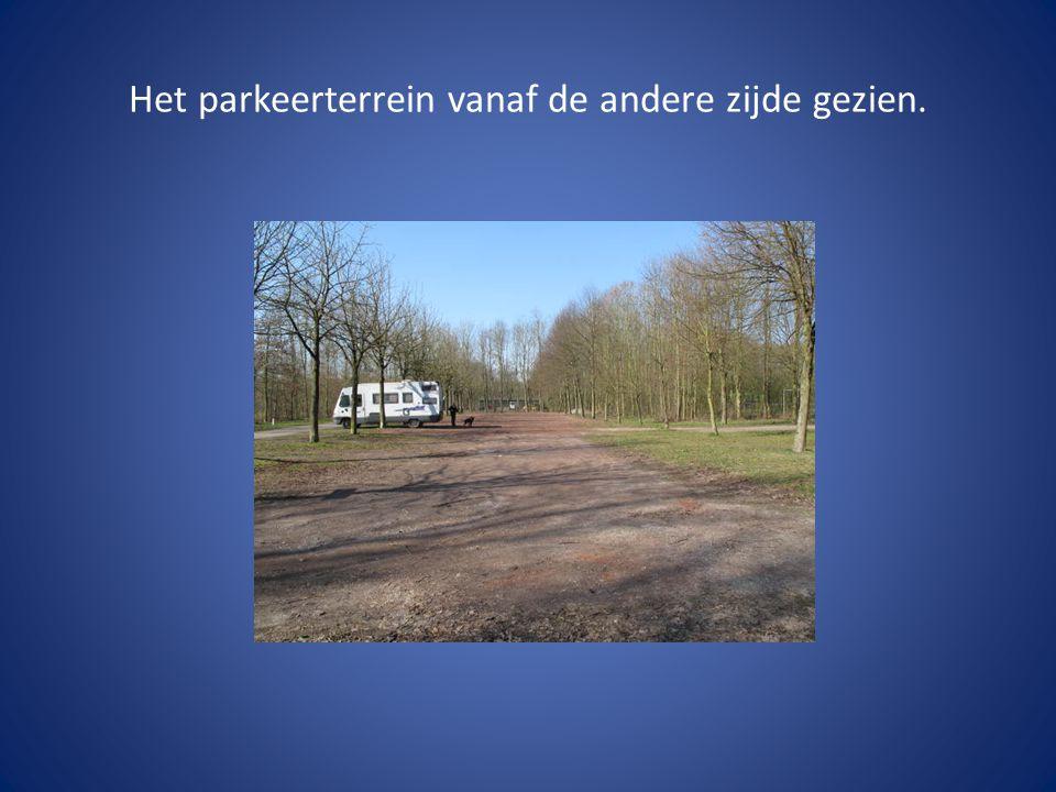 Het parkeerterrein vanaf de andere zijde gezien.