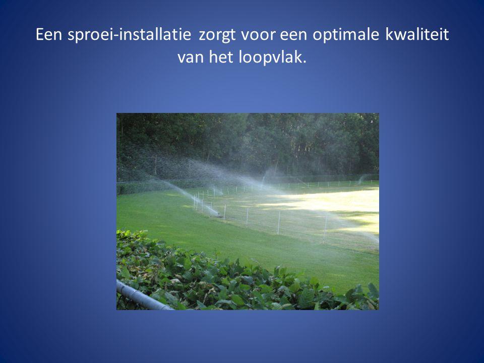 Een sproei-installatie zorgt voor een optimale kwaliteit van het loopvlak.