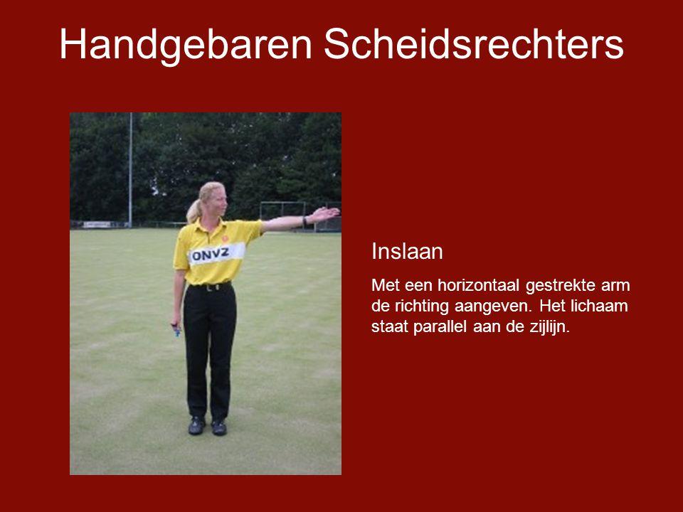 Handgebaren Scheidsrechters Inslaan Met een horizontaal gestrekte arm de richting aangeven.