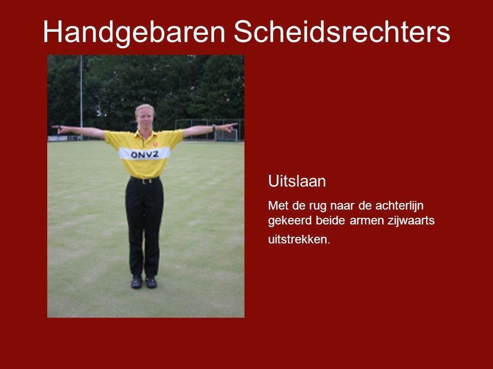 Handgebaren Scheidsrechters Uitslaan Met de rug naar de achterlijn gekeerd beide armen zijwaarts uitstrekken.