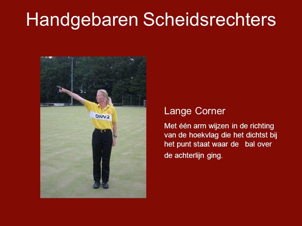 Handgebaren Scheidsrechters Lange Corner Met één arm wijzen in de richting van de hoekvlag die het dichtst bij het punt staat waar de bal over de achterlijn ging.