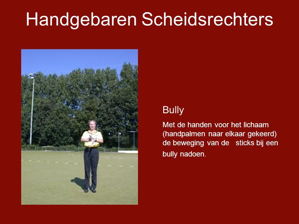 Handgebaren Scheidsrechters Bully Met de handen voor het lichaam (handpalmen naar elkaar gekeerd) de beweging van de sticks bij een bully nadoen.
