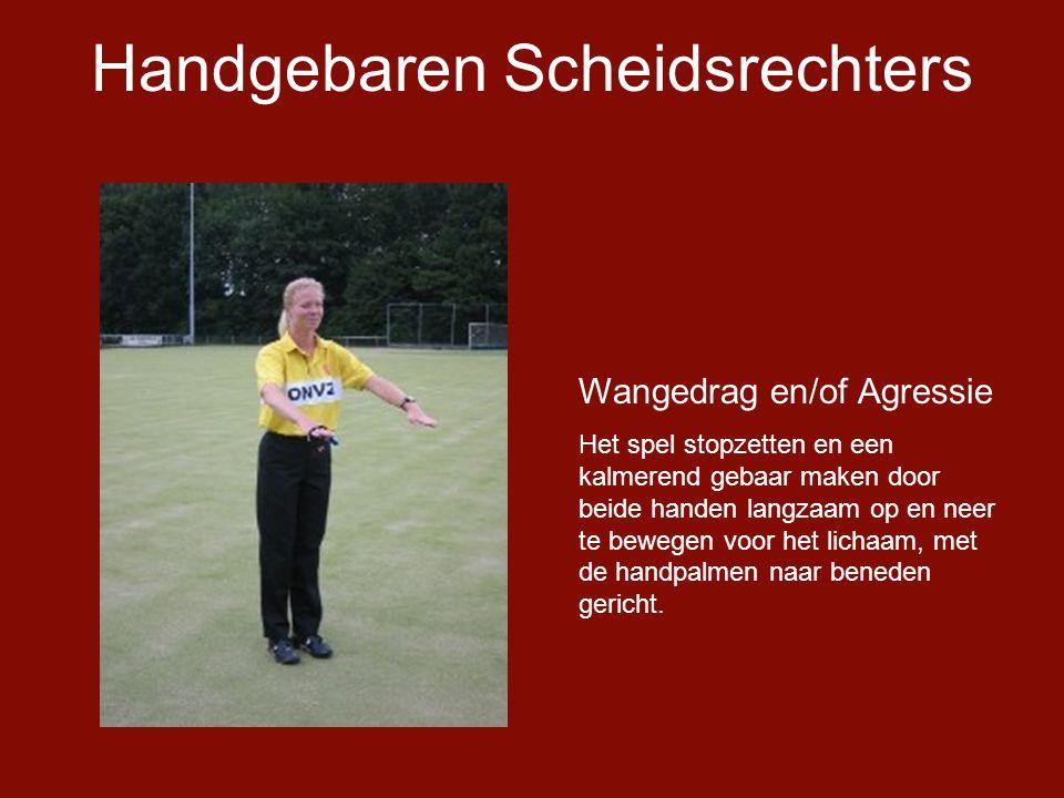 Handgebaren Scheidsrechters Wangedrag en/of Agressie Het spel stopzetten en een kalmerend gebaar maken door beide handen langzaam op en neer te bewegen voor het lichaam, met de handpalmen naar beneden gericht.